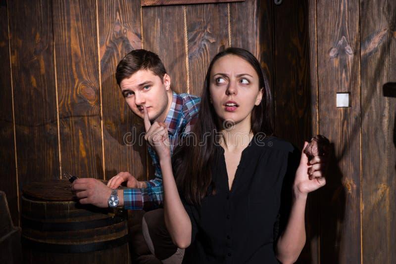 Ung man och kvinna som försöker att lösa en gåta för att få ut ur th royaltyfri fotografi