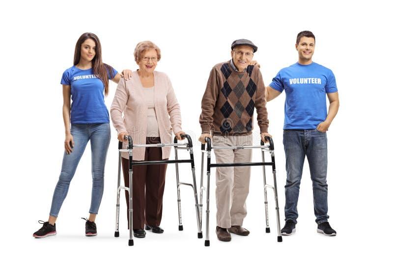 Ung man och st?lla upp som frivillig och hj?lpande pension?rer f?r kvinna med fotg?ngare royaltyfria bilder