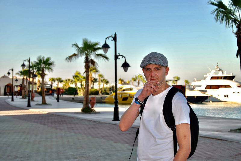 Ung man på ferie royaltyfri foto