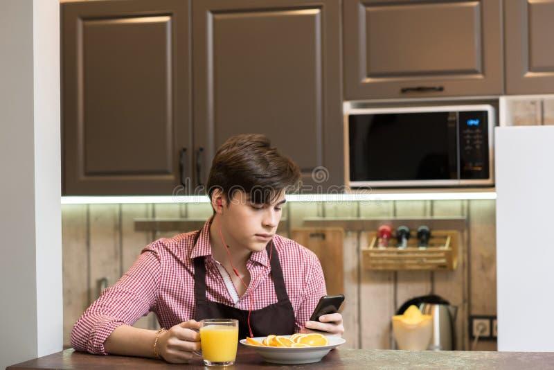 Ung man på frukosten arkivfoton