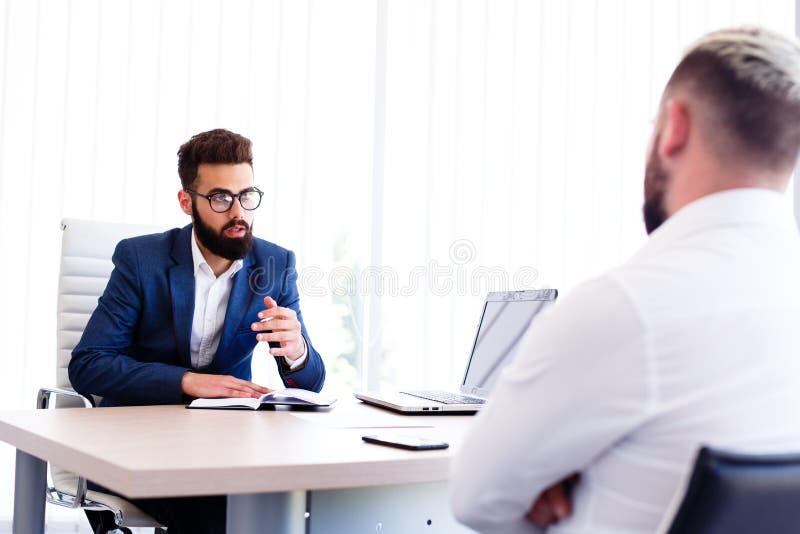 Ung man på intervjun för jobb arkivfoto