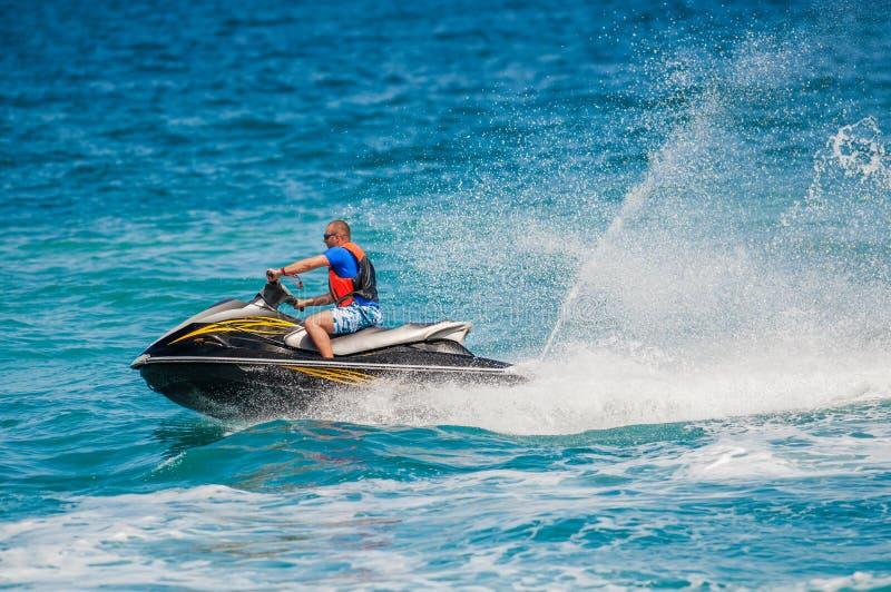 Ung man på Jet Ski, tropiskt hav arkivfoto
