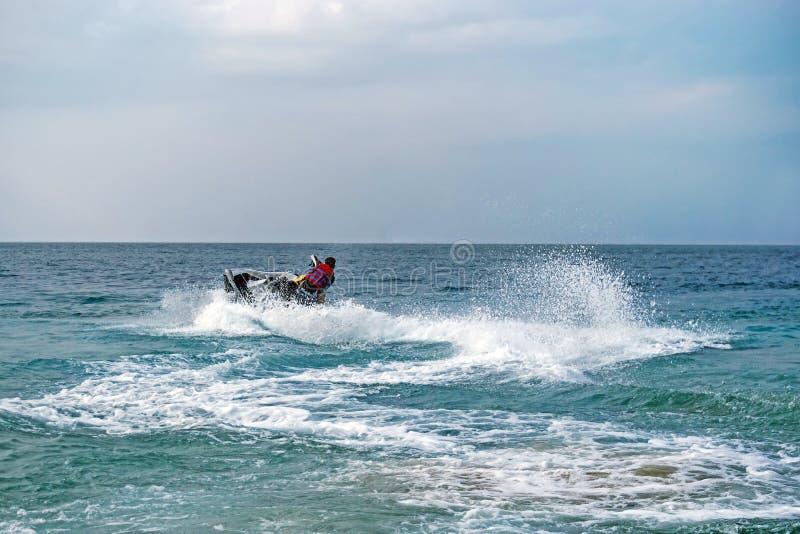 Ung man på Jet Ski, tropiskt hav arkivfoton