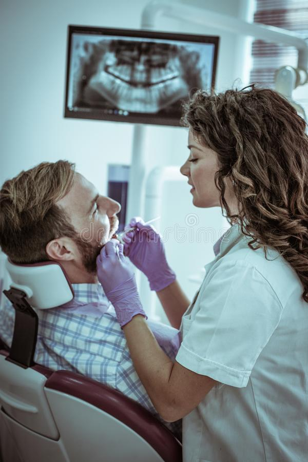 Ung man på tandläkarekontoret arkivbilder