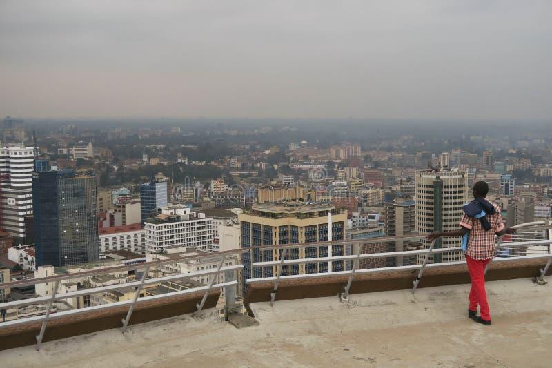 Ung man som älskar sikten över Nairobi Kenya arkivbild