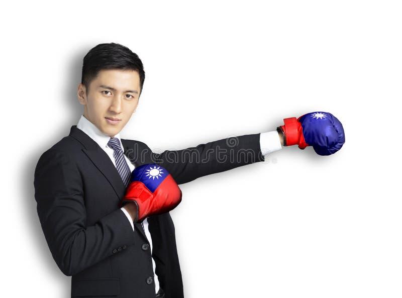 Ung man som är klar att slåss med boxninghandskar och den taiwanesiska flaggan royaltyfri fotografi