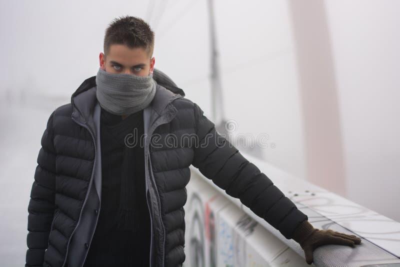 Ung man som är utomhus- i vintermode royaltyfri fotografi