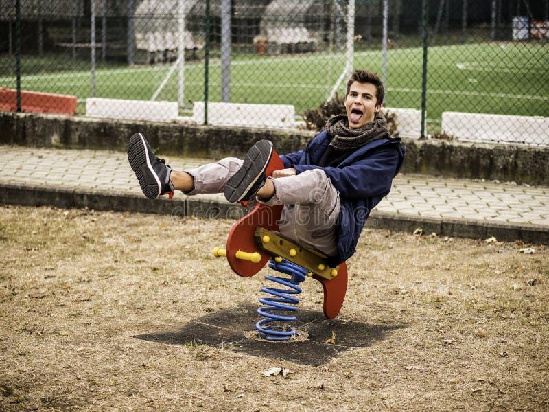 Ung man som återupplever hans barndom fotografering för bildbyråer