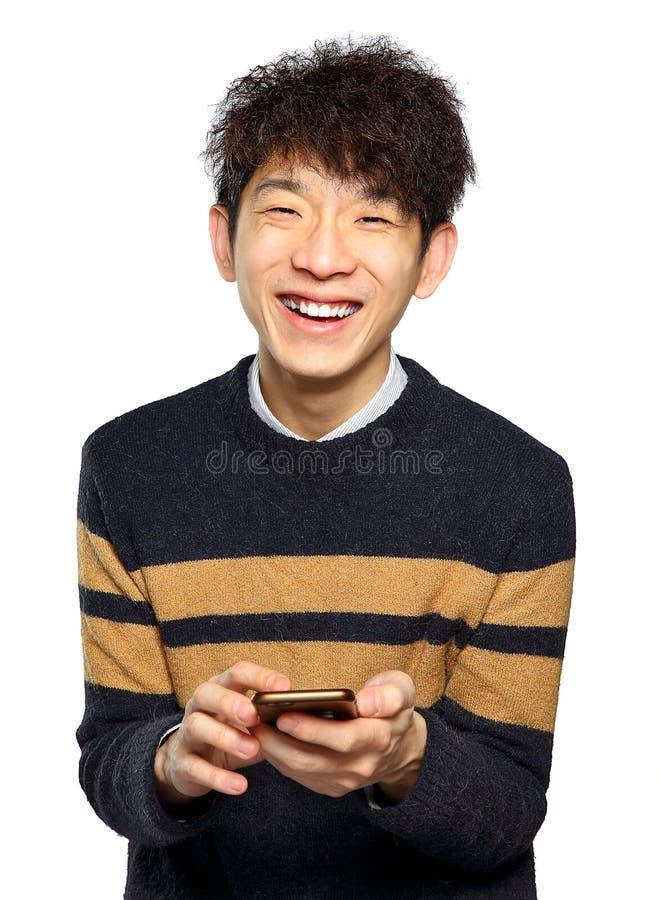 Ung man som använder att smsa för mobiltelefon royaltyfria bilder