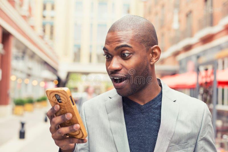 Ung man som använder den smarta telefonen arkivbilder