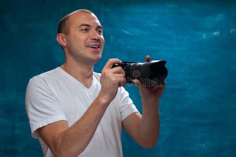 Ung man som använder den yrkesmässiga kameran arkivbild