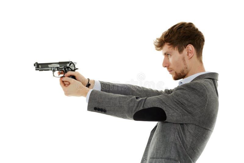 Ung man som använder handeldvapnet royaltyfri fotografi