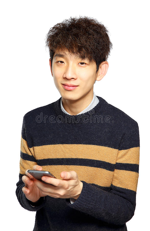 Ung man som använder mobiltelefonen på vit bakgrund royaltyfria bilder