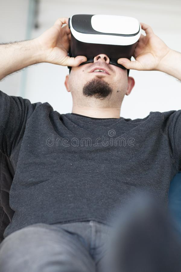Ung man som anv?nder virtuell verkligheth?rlurar med mikrofon arkivfoto
