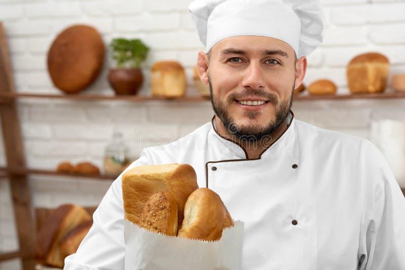 Ung man som arbetar på hans bageri royaltyfria bilder
