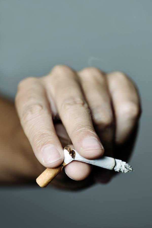 Ung man som avslutar att röka royaltyfri bild