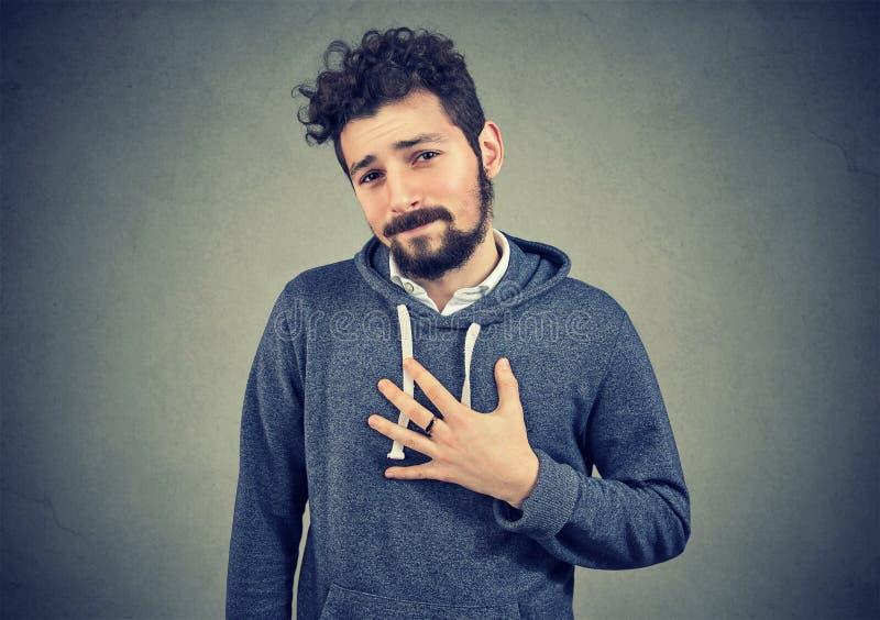 Ung man som avverkar bad av skuld royaltyfria bilder