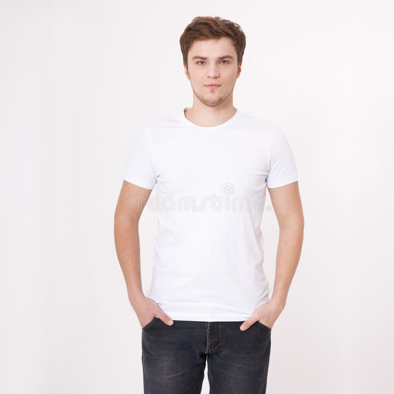 Ung man som bär den tomma vita t-skjortan som isoleras på vit bakgrund kopiera avstånd Ställe för annonsering Åtlöje upp arkivbilder