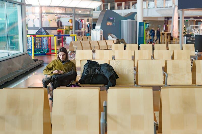 Ung man som bara väntar på flygplatsen arkivbild