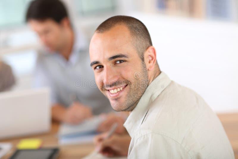 Ung man som deltar i affärsgrupp arkivfoton