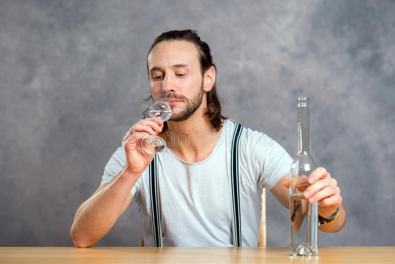 Ung man som dricker klar ande royaltyfria foton