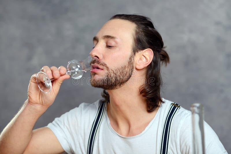 Ung man som dricker klar ande arkivfoto