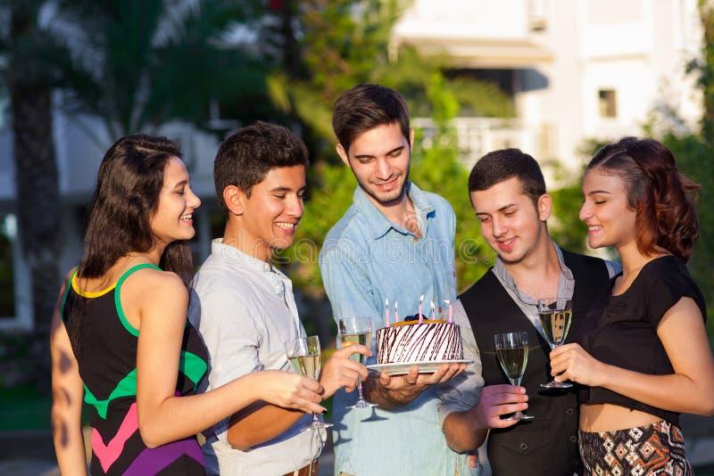Ung man som firar hans födelsedag royaltyfria foton