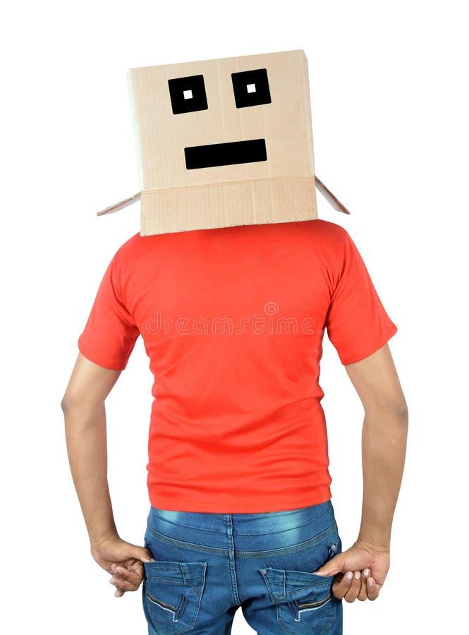 Ung man som gör en gest med en kartong på hans huvud med ledsen fa royaltyfri fotografi