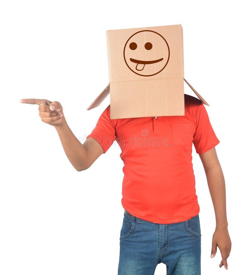 Ung man som gör en gest med en kartong på hans huvud med naught arkivfoton