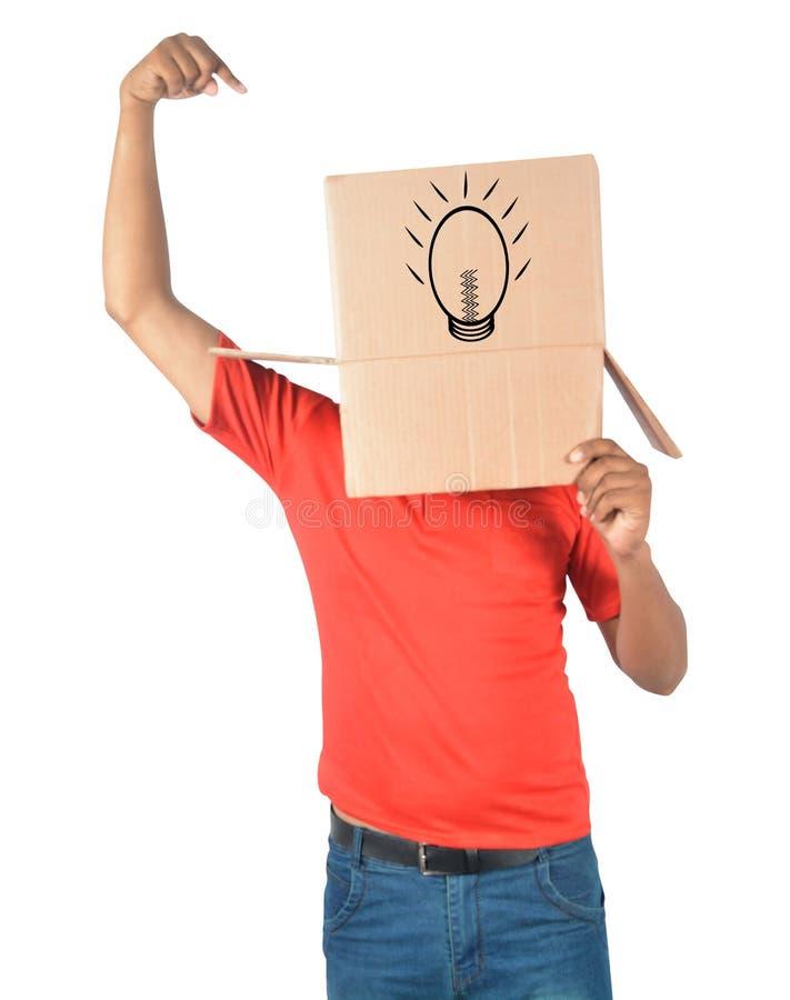 Ung man som gör en gest med en kartong på hans huvud med nytt ID arkivbild