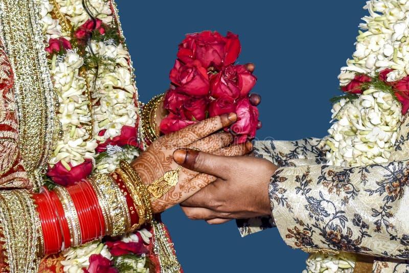 Ung man som ger en röd ros, en bukett av blommor till hans flickvän arkivbild