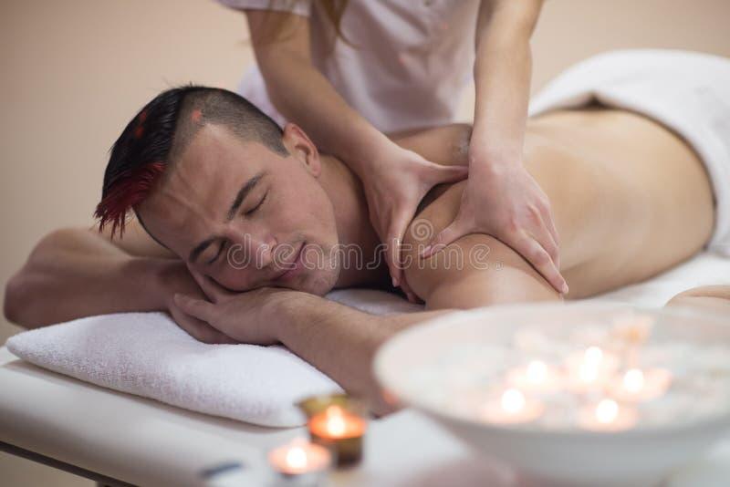Ung man som har en tillbaka massage arkivbilder