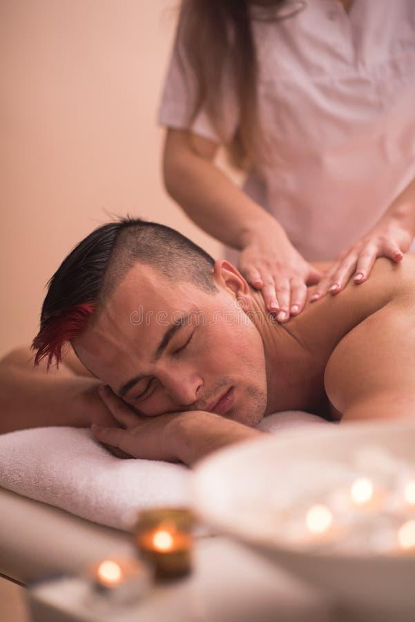 Ung man som har en tillbaka massage royaltyfri bild