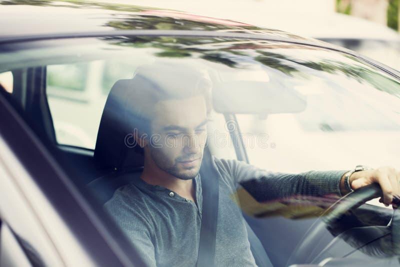 Ung man som kör bilen royaltyfri foto