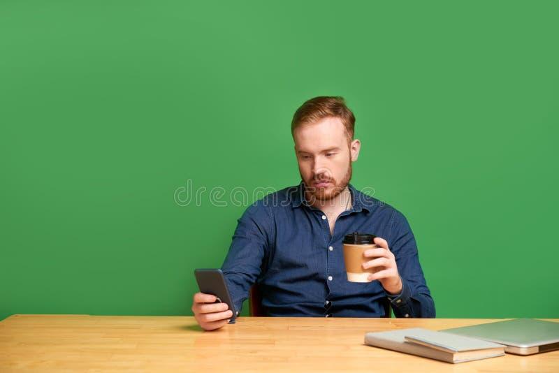 Ung man som kontrollerar socialt massmedia fotografering för bildbyråer