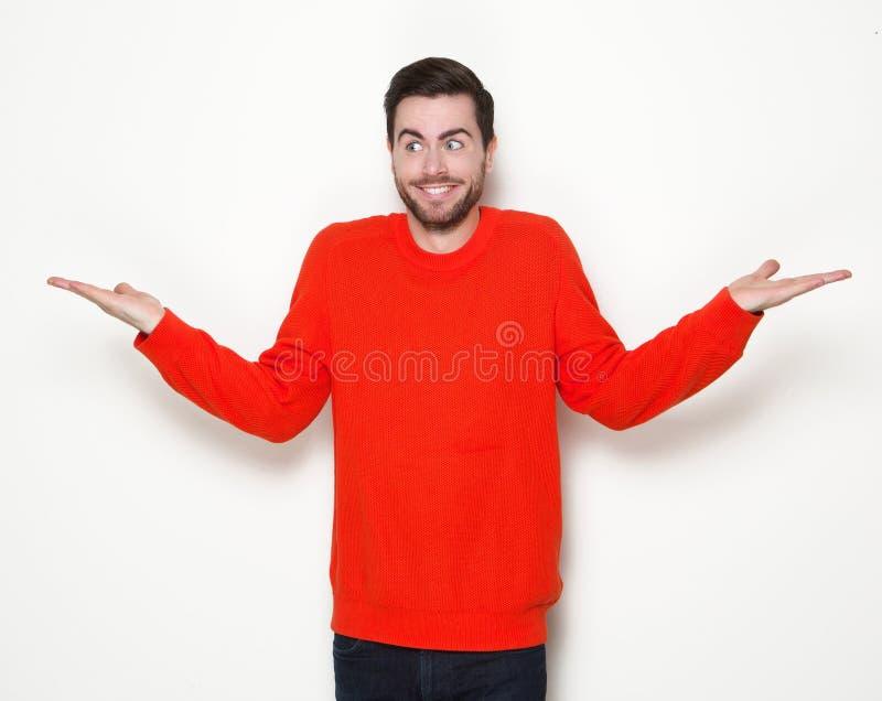 Ung man som ler med lyftta händer royaltyfri foto