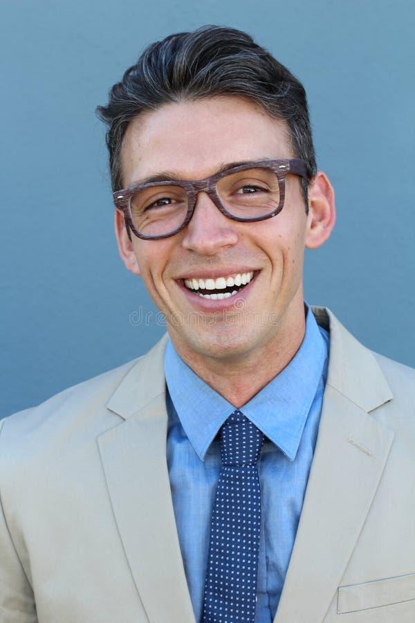 Ung man som ler och ser bärande exponeringsglas för kamera Stående av lyckliga stiliga bärande anblickar för en ung man fotografering för bildbyråer