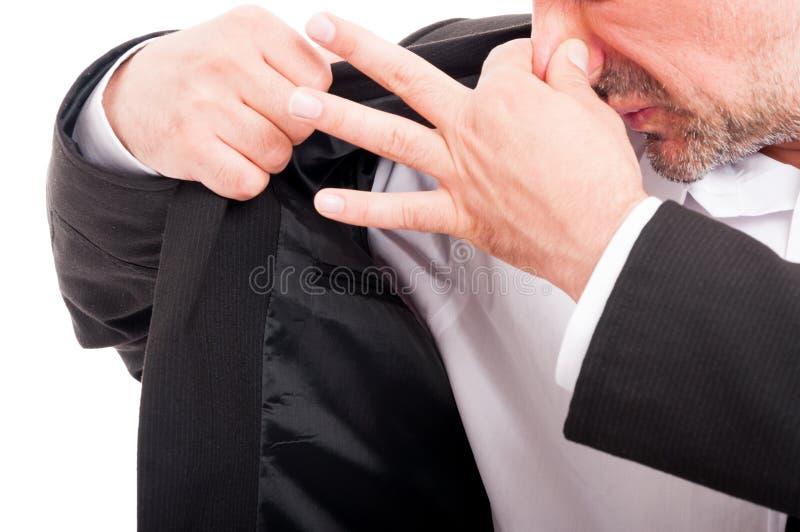 Ung man som luktar hans armhåla arkivbilder