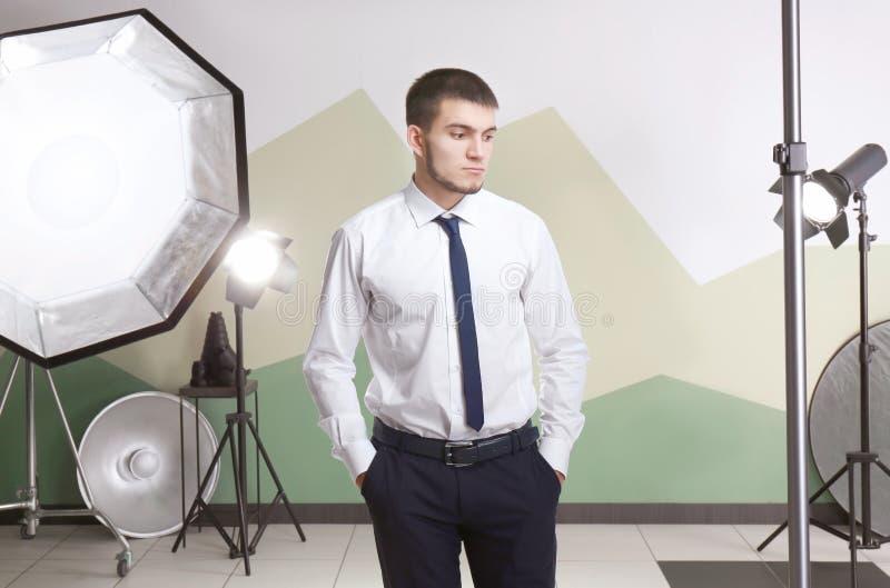 Ung man som poserar i yrkesmässig studio royaltyfri foto