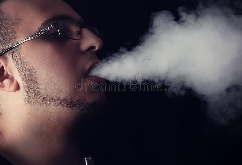 Ung man som röker Shisha arkivbild