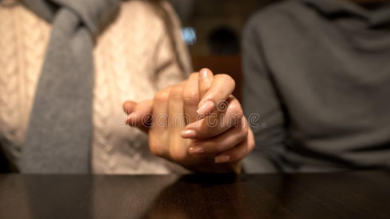 Ung man som rymmer den kvinnliga handen, samh?righetsk?nsla och service i f?rbindelse, n?rbild arkivbilder