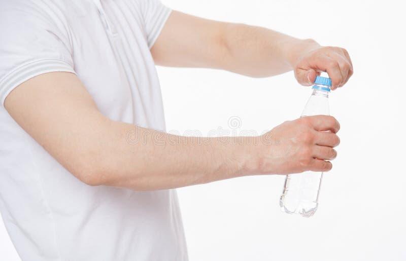 Ung man som rymmer en flaska av vatten arkivfoto