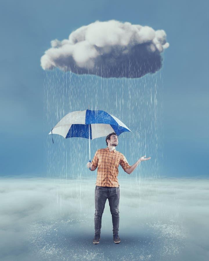 Ung man som rymmer ett paraply arkivfoton