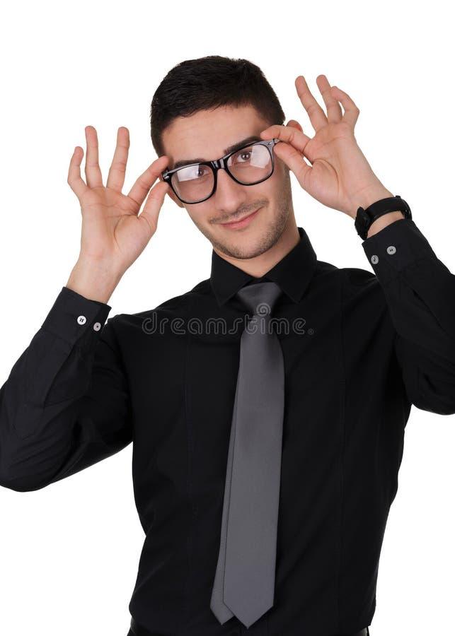 Ung man som sätter på exponeringsglas royaltyfria foton