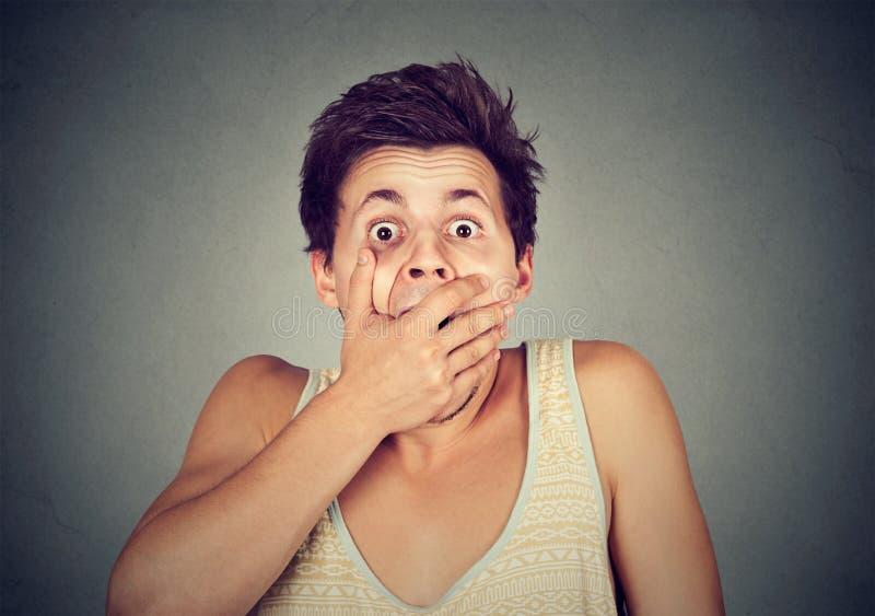 Ung man som ser chockat förskräckt royaltyfri fotografi