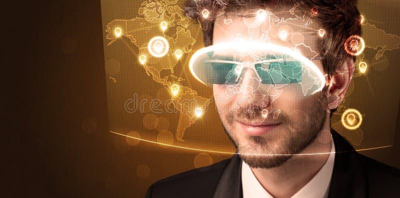 Download Ung Man Som Ser Den Futuristiska Sociala Nätverksöversikten Fotografering för Bildbyråer - Bild av modernt, internet: 78732131