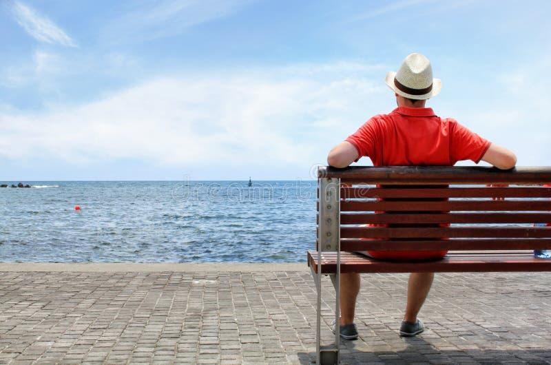 Ung man som ser havslandskap royaltyfria foton