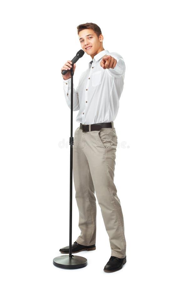 Ung man som sjunger in i en mikrofon arkivfoton