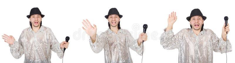 Ung man som sjunger med mikrofonen som isoleras p? vit arkivfoto