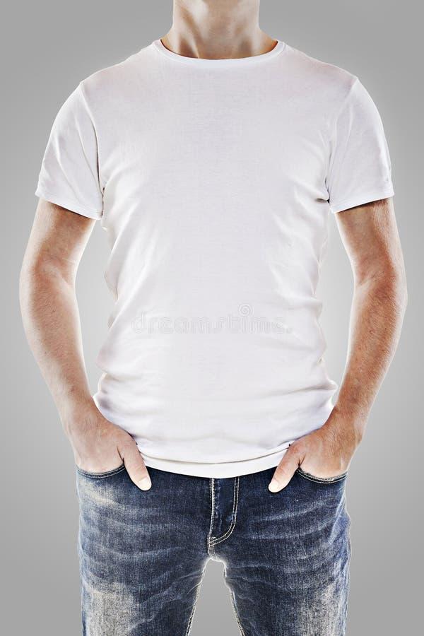 Ung man som slitage en vit t-shirt royaltyfri foto